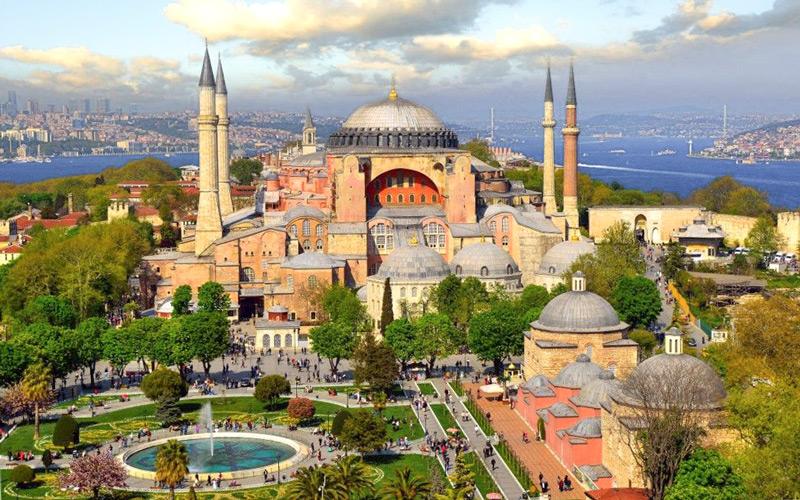 مسجد بزرگ ایاصوفیا یکی از بزرگترین جاذبه های تاریخی استانبول میباشد و تمامی توریست های استانبول از مسجد ایاصوفیا که یکی از دیدنیهای استانبول میباشد بازدید میکنند.