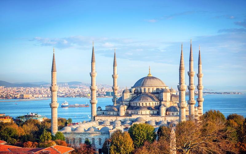 مسجد سلطان احمد که تمامی گردشگران ان را با نام مسجد ابی میشناسند یکی از جاذبه های زیبای استانبول و یکی از زیباترین مساجد جهان میباشد.