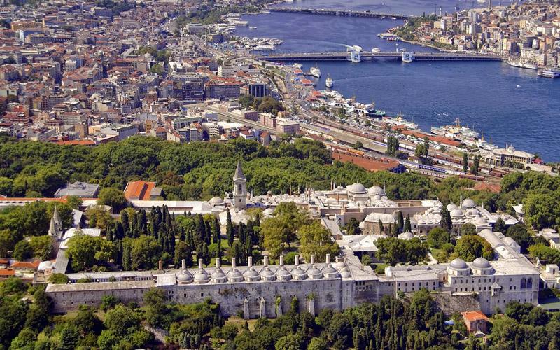 کاخ توپکاپی یکی از مهمترین جاذبه های تاریخی استانبول میباشد که اثار مقدس بسیاری در ان قرار دارد.